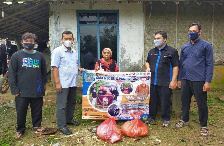Kepala Sekolah dan OSIS SMK NEGERI 5 PANDEGLANG Bagikan Sembako untuk Lansia disekitar Lingkungan Sekolah.